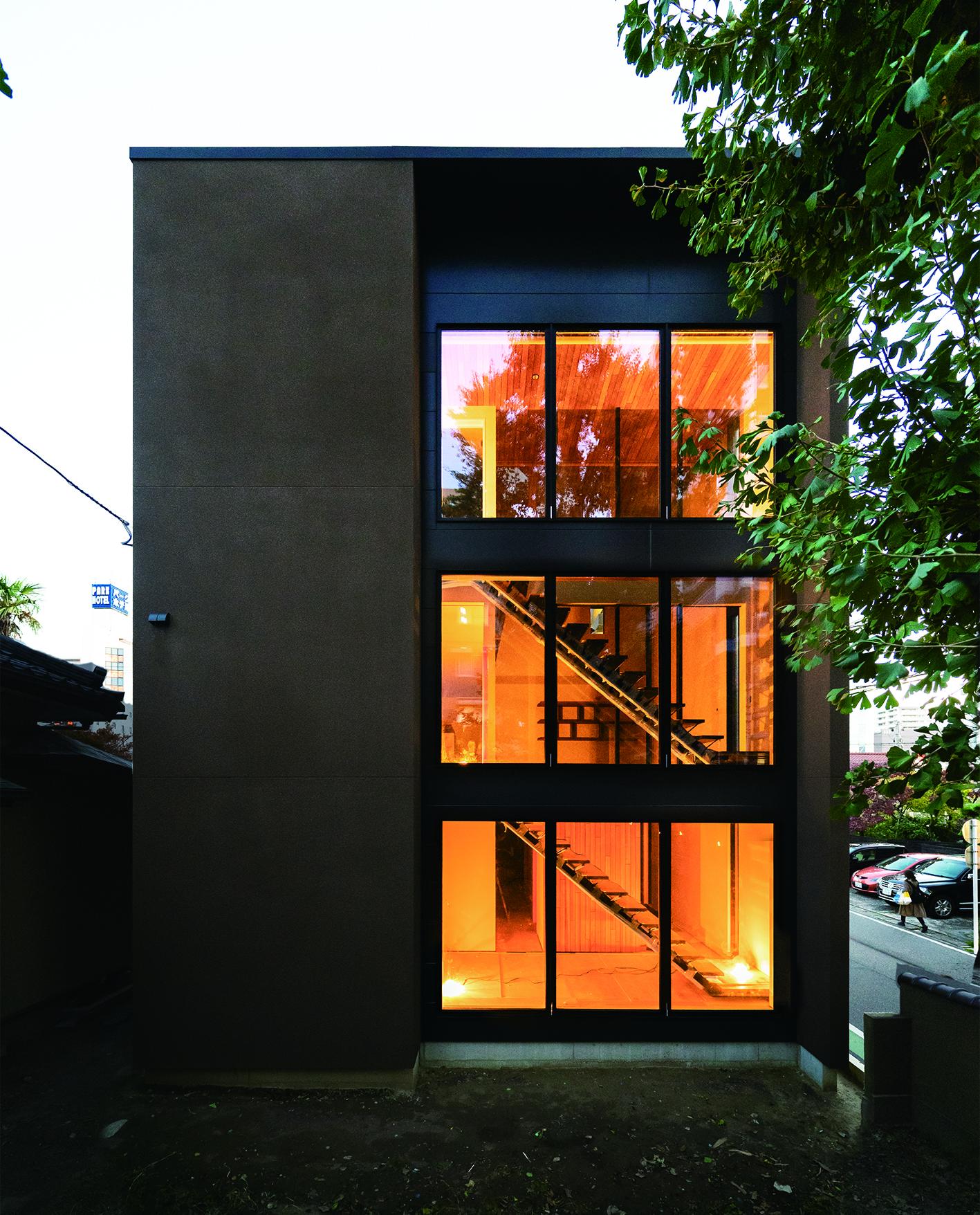 新潟市中央区オープンハウス、北側は3階まで続く大窓とし階段室を設けた。