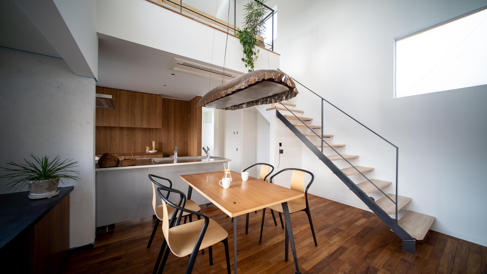 妙高市窪松原にて11月23日、24日とオープンハウスを開催します。傾斜のある敷地形状に添うように計画した豪雪地の落雪住宅です。